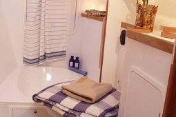 Maldives Catamaran 440 Bathroom